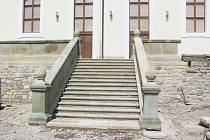 DOMINANTOU OPRAVENÉ JÍZDÁRNY bude bezesporu pískovcové schodiště, které nahradilo provizorní dřevěné.