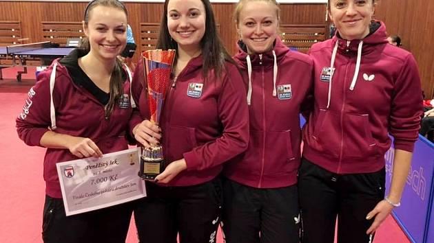Na snímku zleva Dagmar Blašková, Zdena Blašková, Daniela Rozínková, Aneta Kučerová - s pohárem za 2. místo a šekem.