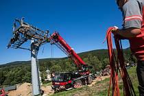 Stavba nové lanovky v Deštném v Orlických horách.