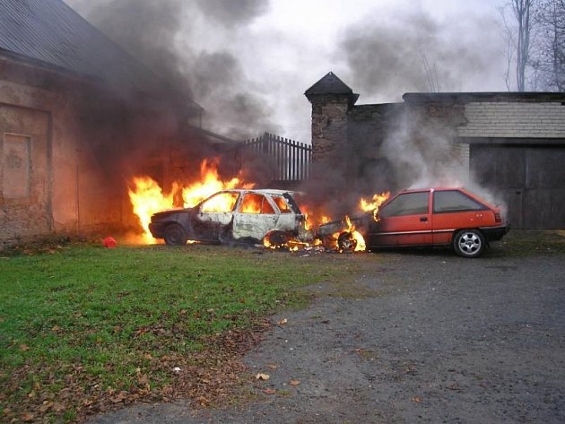 Nebeská Rybná, Rychnovsko: Požár osobního vozidla se rozšířil na tři další. Poškození zasažených vozidel byla vyčíslena na škodu padesát tisíc korun.