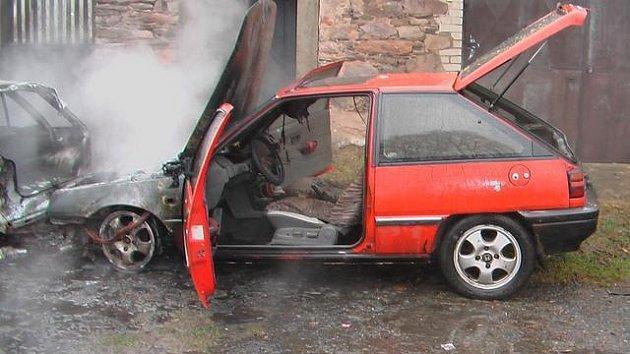 Nebeská Rybná: Požár osobního vozidla se rozšířil na tři další.