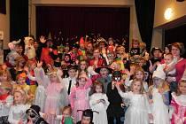 Kostelecký klub ovládly děti. Karnevalový rej rozličných masek jich přilákal na tři sta