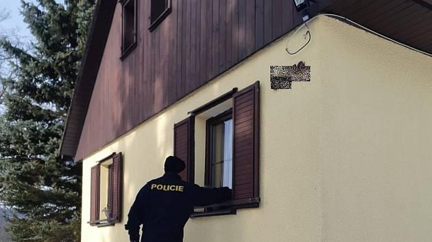 Policie při zimní kontrole chalup.