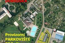 Letecký snímek s vyznačením náhradní odstavné plochy pro automobily návštěvníků koupaliště.