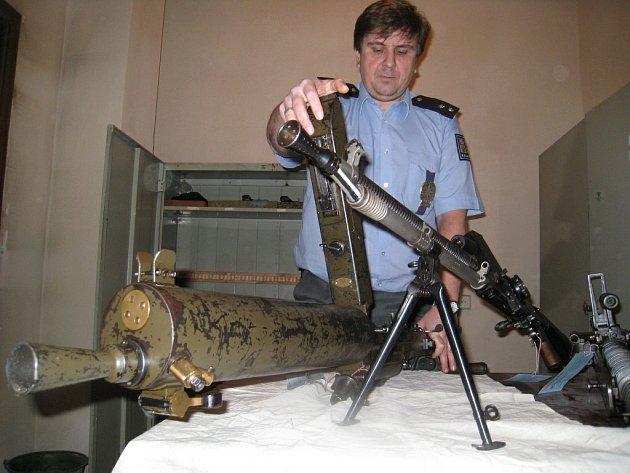 Poručík Petr Kopecký, vedoucí rychnovského oddělení služby pro zbraně a bezpečnostní materiál ukazuje zatím poslední odevzdané nelegálně držené zbraně, které v rámci letošní amnestie, lidé odevzdal.