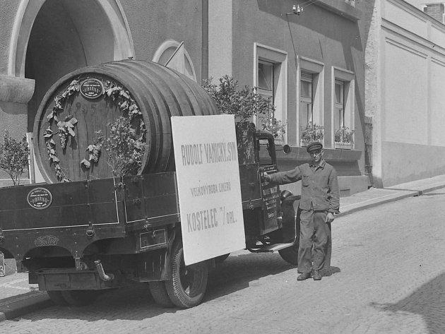 Zoubkova ulicie č.p. 64, dům Vanických. Před domem se nachází nákladní automobil sreklamou na firmu Rudolf Vanický a syn, která se zaměřovala na velkovýrobu likérů. Dobová fotografie byla zachycena po roce 1928.
