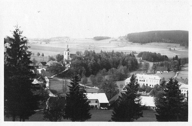Mezi pamětihodnosti obce patří Kostel Všech svatých, Národní přírodní rezervace Bukačka, Přírodní rezervace Sedloňovský vrch (smíšený les pralesovitého charakteru).