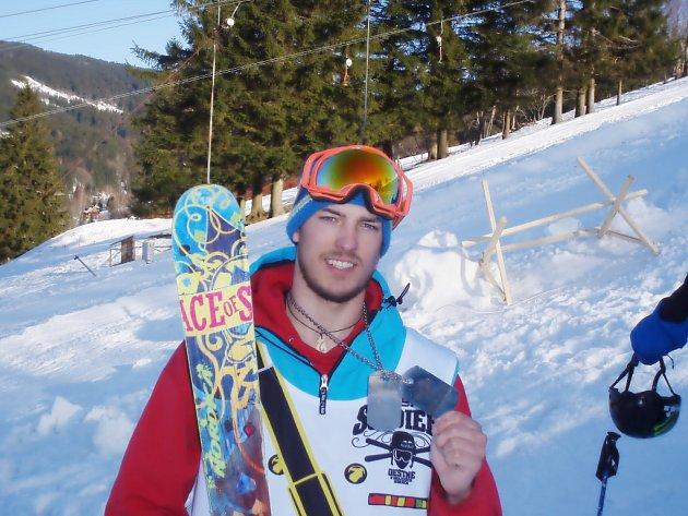 FILIP TARABA SI ze závodu V Deštném odvezl třetí místo, které se mu podařilo vybojovat v konkurenci evropské freeskiingové špičky. Je to jeho nejlepší umístění na tomto podniku
