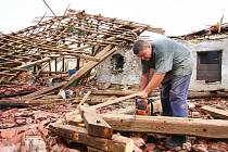 Bouře s prudkými poryvy větru, která se ve středu 25. června prohnala Rychnovskem, doslova smetla část zemědělské usedlosti v Domašíně u Dobrušky.