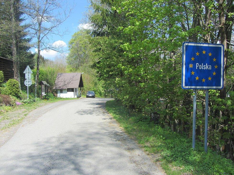 Bartošovice v Orlických horách, cesta k hraničnímu mostu.