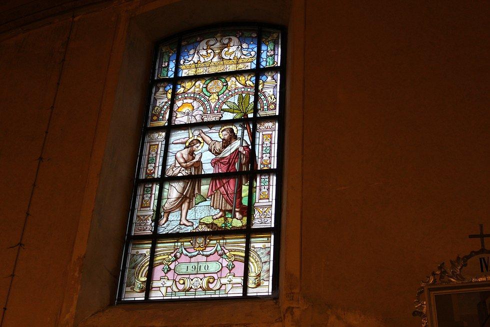 Jedno z vitrážových oken v kostele.