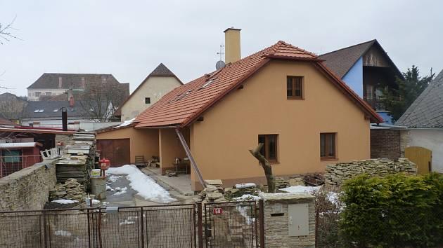 Současný snímek ukazuje, že dům je po rekonstrukci, z připravených kamenů vznikne brzy zídka (snímek vpravo).
