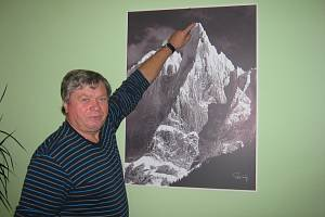 TADY JSEM BYL. Jiří Švejda před snímkem hory Aiguille du Dru (3754 m), na kterou vylezl.