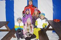 POHÁR ZA PRVNÍ MÍSTO SI ze sobotního závodu na saních rohatých odnesl Petr Mikušev s dětskou posádkou. Přestože na těchto saních jeli poprvé, porazili i zkušenější závodníky