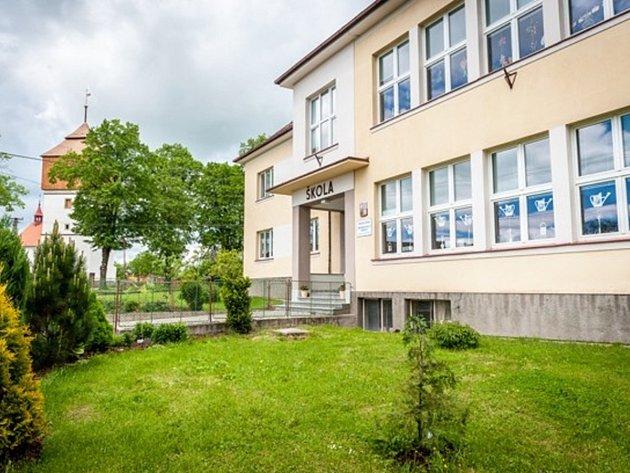 Základní škola v Černčicích u Nového Města nad Metují.