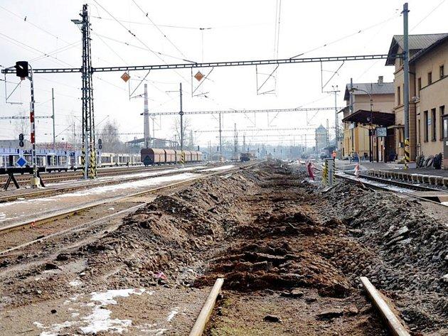 Opravy na nádraží stále pokračují.