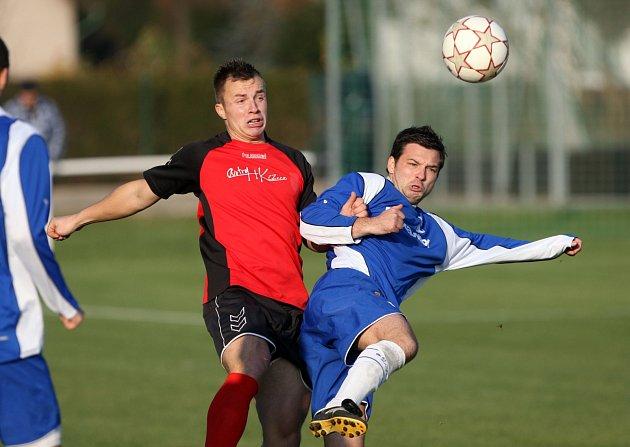 DVA GÓLY vstřelil týnišťský útočník Martin Merganc (vpravo) v utkání s Lázněmi Bělohrad a výrazně tak přispěl k prvnímu jarnímu bodovému zisku týmu z Olšiny.