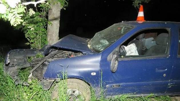 Opilého muže bez řidičáku zastavil až strom.