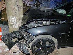 Víkendové nehody v Orlických horách? Jeden z řidičů rozbil jaguára.