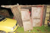 Řidič ujížděl policistům a narazil do dřevěné stavby u domu.