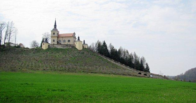 KOSTEL Panny Marie Bolestné se tyčí na kopci Homol. Vede k němu  majestátní kamenné schodiště se sochařskou výzdobou. Poutníci při cestě nahoru napočítají 153 schodů, které dělí 16 odpočívadel.