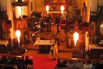 KOSTEL SVATÉHO HAVLA se na svátek svatého Štěpána zcela proměnil. Konala se tu totiž rocková mše, na tu už tradičně přijela zazpívat a zahrát hudební skupina Michael z Lanškrouna. Ta tu předvedla také nové písně z právě vzniklého muzikálu Narozený.
