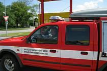 Hasiči z dobrušské požární stanice HZS zasahovali před opočenským Coopem, kde se řidičce zamklo auto a uvnitř zůstalo dítě.