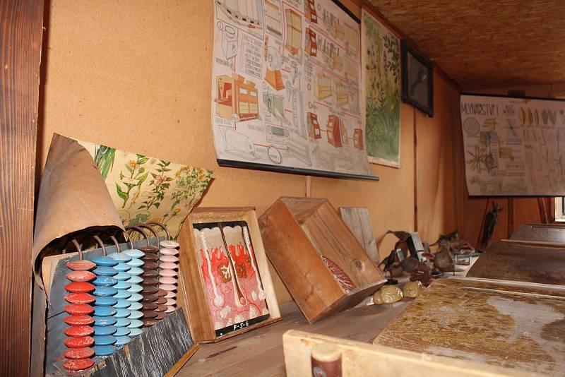 Expozice staré školy v Orlickém Záhoří.