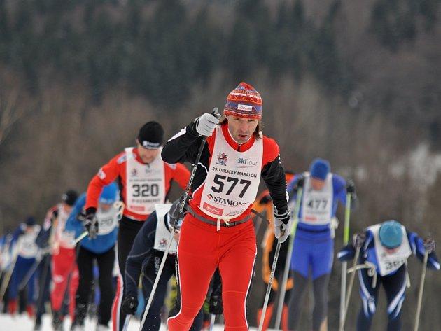 TRADIČNÍ ZÁVOD. Běžci na lyžích za týden vyrazí na náročné trasy v okolí Deštného v Orlických horách a napíší tak další zápis do historie populárního Orlického maratonu.