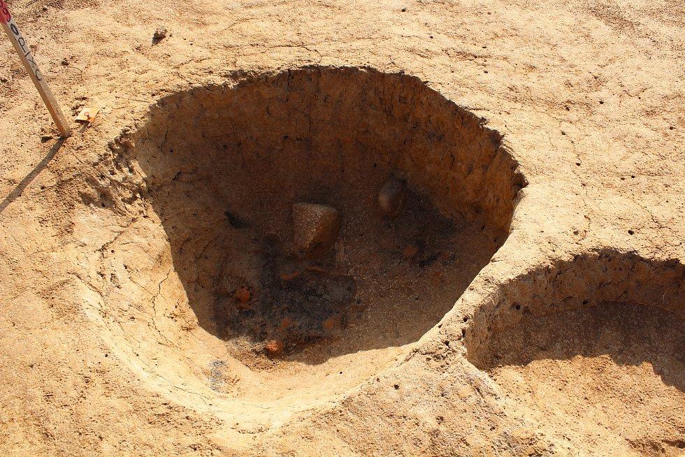 Ze záchranného archeologického výzkumu u Doudleb nad Orlicí. Tady stávalo silo, na dně se dochovala zrnotěrka.