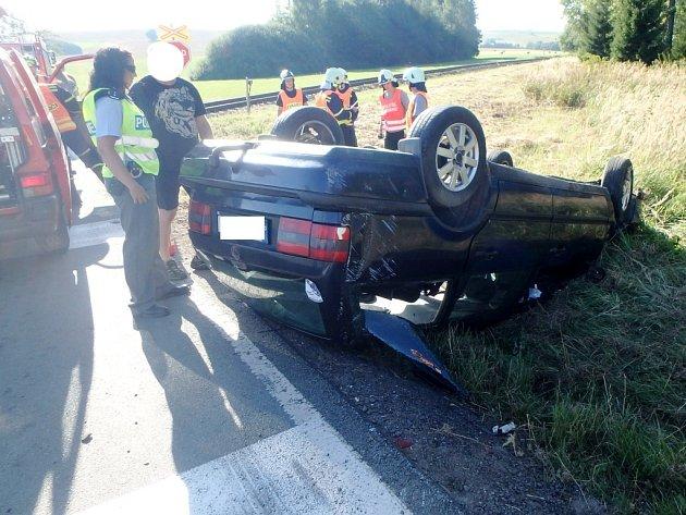 Havárie osobního automobilu uželezničního přejezdu na silnici mezi Pěčínem a Rokytnicí vOrlických horách.