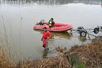 Výcvik potápěčské skupiny Hasičského záchranného sboru Královéhradeckého kraje a hasičů z požárních stanic Rychnov nad Kněžnou a Dobruška na rybníku Broumar.