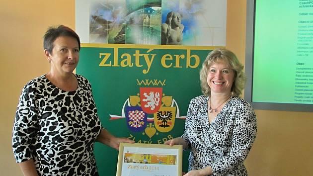 CENU VEŘEJNOSTI v krajském kole soutěže Zlatý erb získala obec Mokré. Cenu převzaly starostka Blanka Kučerová (na snímku vlevo)  a webmasterka Dagmar Honsnejmanová.