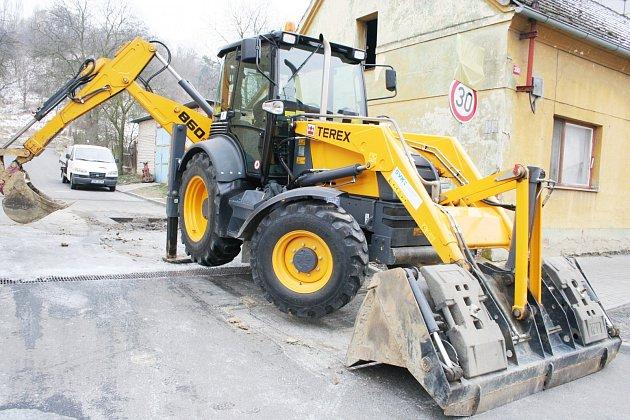 ČETNÁ MÍSTA V KATASTRU MĚST BOROHRÁDEK A DOBRUŠKA obsadí v letošním roce stavební technika. Za cenu jistých omezení se občané mohou těšit na zkvalitnění svého prostředí. Projít se budou moci po nových chodnících a obnovené sítě předejdou možným poruchám.
