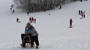 Zasněžené Orlické hory brali návštěvníci útokem