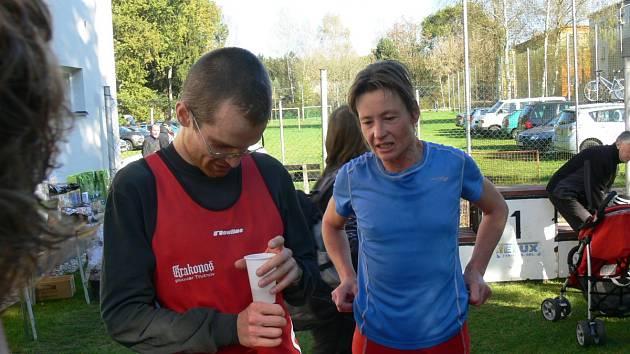 NEJRYCHLEJŠÍ DVOJICE. Petr Pechek a Táňa Metelková si v cíli desetikilometrového závodu měli o čem povídat.