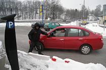 Čtyřiapadesátiletý Rudolf Vyhnalík pracuje devět hodin denně venku jako hlídač parkoviště u rychnovského Lidlu.