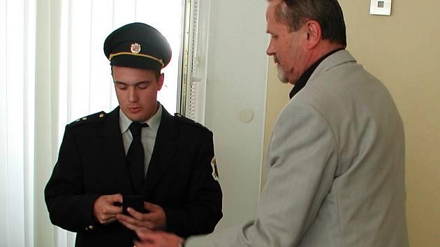 Pro medaili za záchranu života si Petr Havel na veřejné zasedání zastupitelstva přišel v hasičské uniformě.