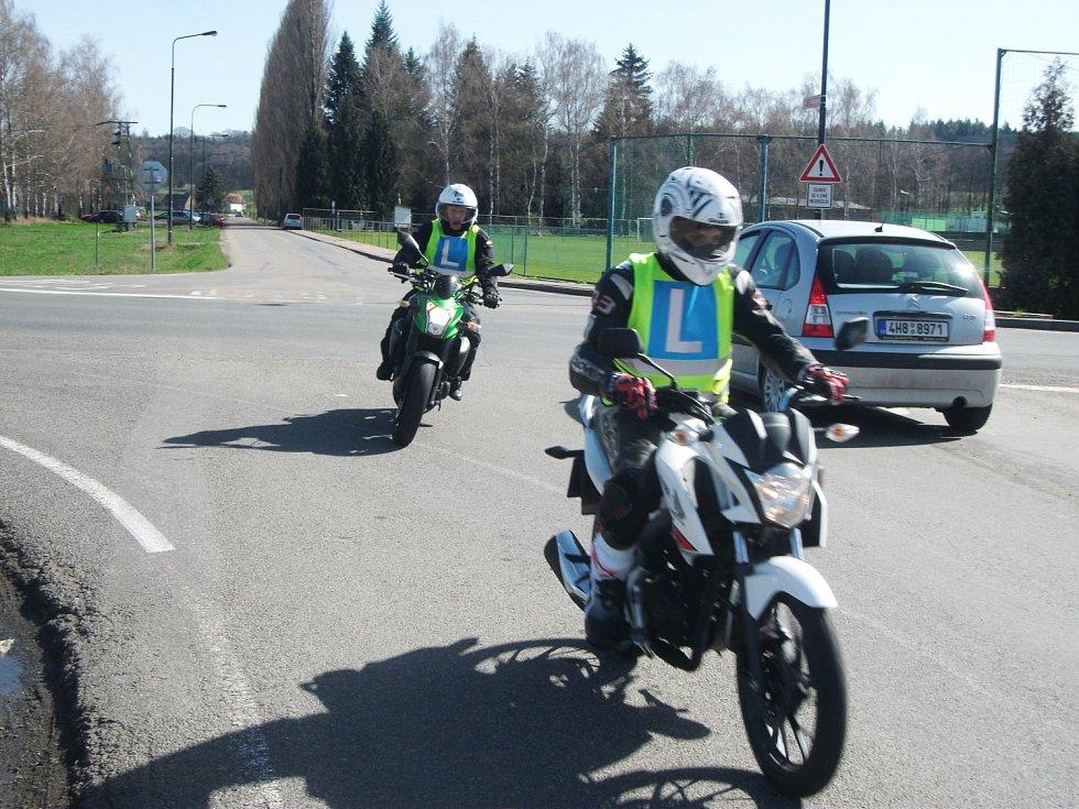 Podle nové vyhlášky ministerstva dopravy  může učitel doprovázet žáka-motorkáře na druhém motocyklu nebo v autě). Výcvik je možný rovněž na speciální motorce, kdy učitel je spolujezdcem.