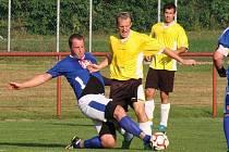 SOUBOJ. Snímek je z duelu rezervy Černíkovic (světlé dresy) s týmem Dobrého. Zápas skončil vítězstvím hostů 2:0.