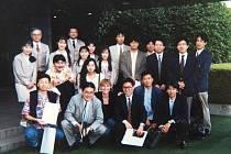 Ze Sendai z r. 1992  před budovou firmy Sony, která byla zaplavena do druhého patra. Martina Sullivan jako jediný cizinec (dole uprostřed).