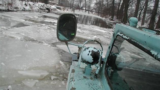 ZÁMĚLSKÝ LEDOBOREC letos na řeku ještě nevyjel. Snad jej nebude zapotřebí.