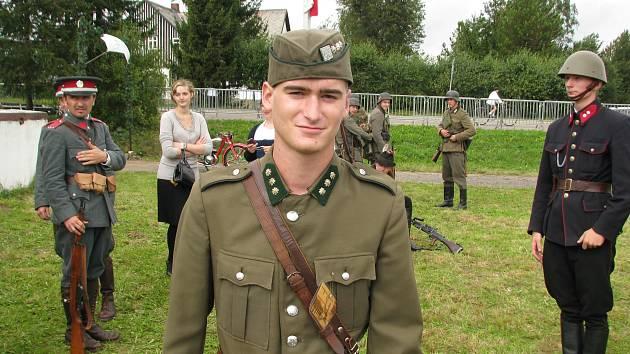 Uniformy mění milovník vojenské historie jako chameleon - Rychnovský ... c0babfb63f