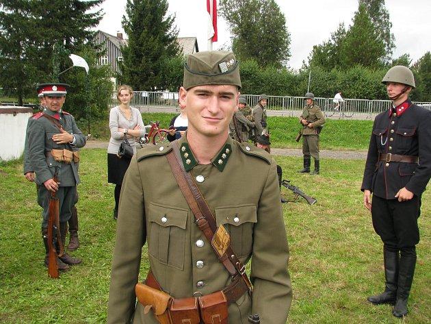 KONÍČEK NA CELÝ ŽIVOT. Marek Řízek se dostal k vojenské historii přes svého otce. Doma má již několik uniforem, které využívá při dobových akcích.