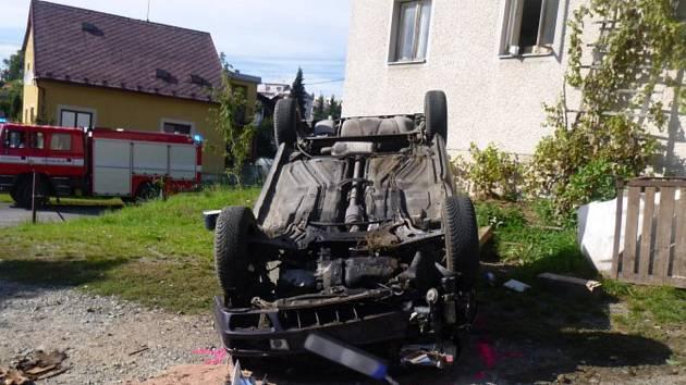 Vůz skončil po nehodě koly vzhůru.