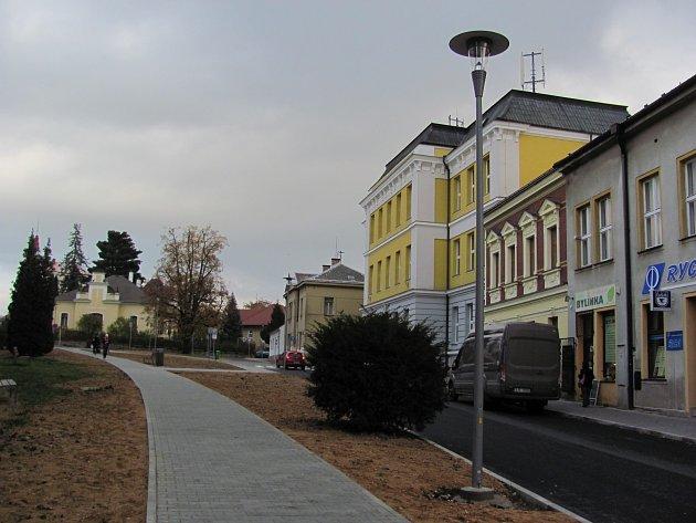 Školní náměstí připomíná obří pískoviště.