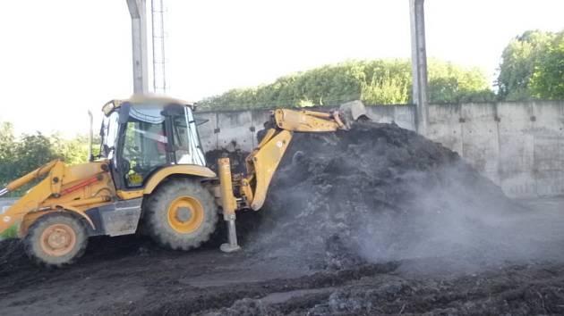 V Dobrušce hořel kompost.