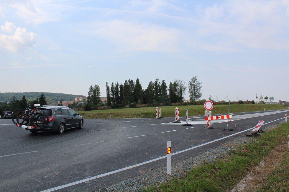 Na obchvat budou řidiči najíždět nad Broumarem. Foto: Deník/Jana Kotalová