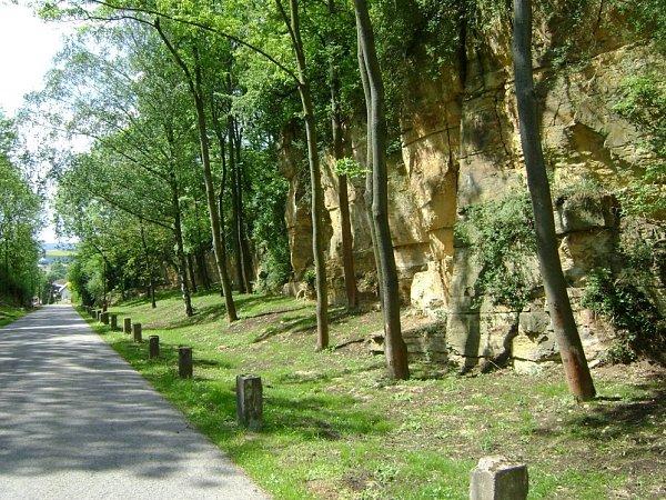 NOVĚ VYČIŠTĚNÁ zajímavá lokalita, které Přepyšští říkají Ve skalách. Podél silnice stojí původní patníky. Na snímku vpravo je zrenovovaný kříž na okraji Přepych supravených okolím.