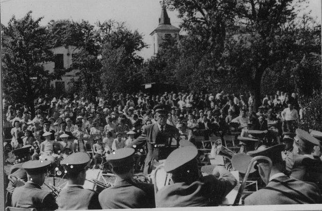 """Slavnost """"100 let bysterské hudby"""", která se konala vroce 1962."""